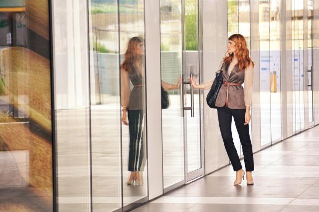med_business-woman-opening-door-1997286_1920.jpg